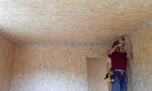 Как выполняется отделка потолка плиткой ОСБ