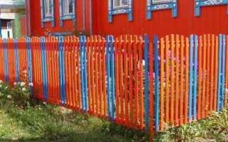 Чем покрасить забор из штакетника лучше