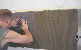 Как выполняется выравнивание стен в ванной под плитку